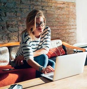 Foto de una mujer en una computadora portátil
