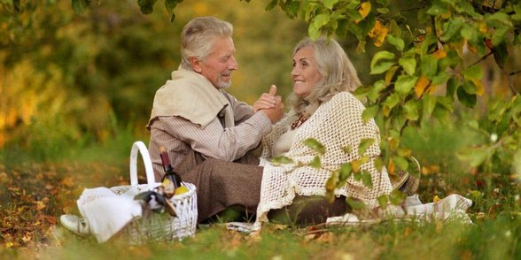 Photo of senior couple on a picnic date