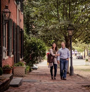 Photo of a couple on a date in Alexandria, Virginia